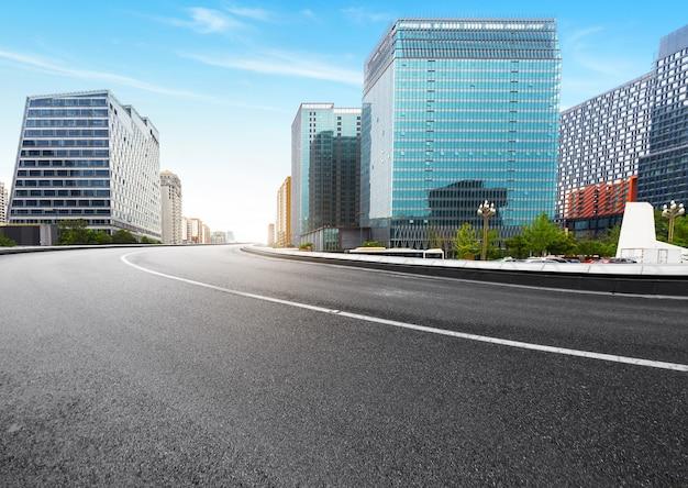 La autopista y el horizonte de la ciudad moderna se encuentran en chengdu, china.