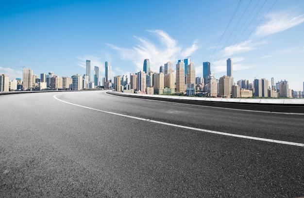 La autopista y el horizonte de la ciudad moderna se encuentran en chongqing, china.