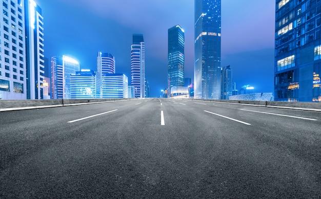 La autopista y el horizonte de la ciudad moderna se encuentran en guangzhou, china.