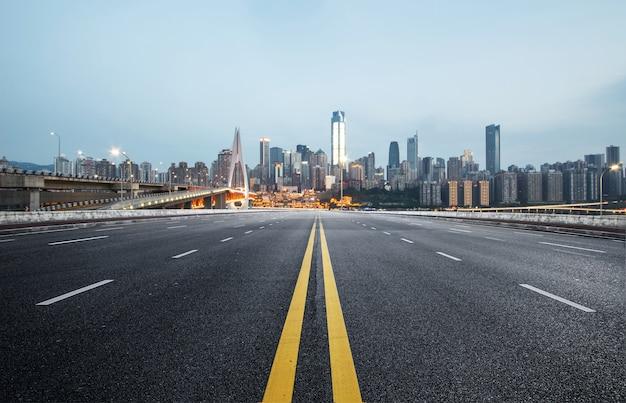 La autopista y el horizonte de la ciudad moderna