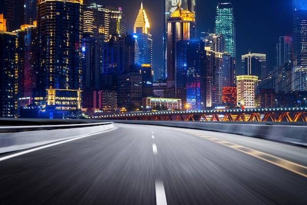 La autopista y el horizonte moderno de la ciudad.