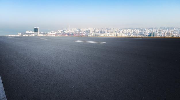 Autopista y horizonte urbano