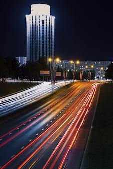 Autopista nocturna en larga exposición.