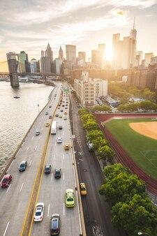 Autopista ocupada en nueva york con manhattan