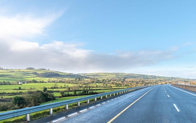 Autopista sin tráfico en día soleado. bloqueo en irlanda.