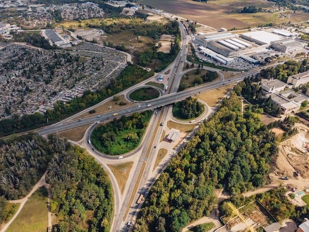 Autopista de transporte anillo vista desde altura, automóviles e importante infraestructura, ucrania