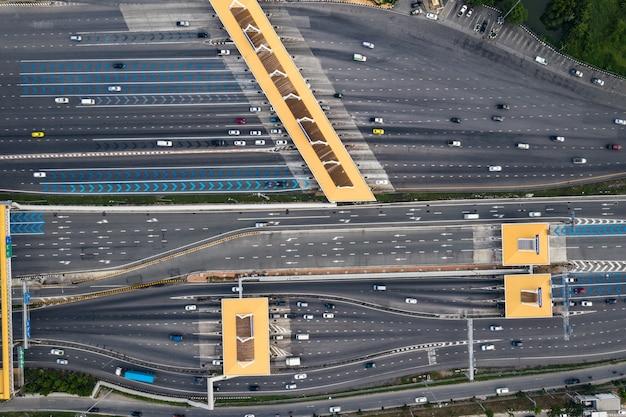 Autopista transporte tráfico carretera con movimiento de vehículos concepto logístico vista aérea