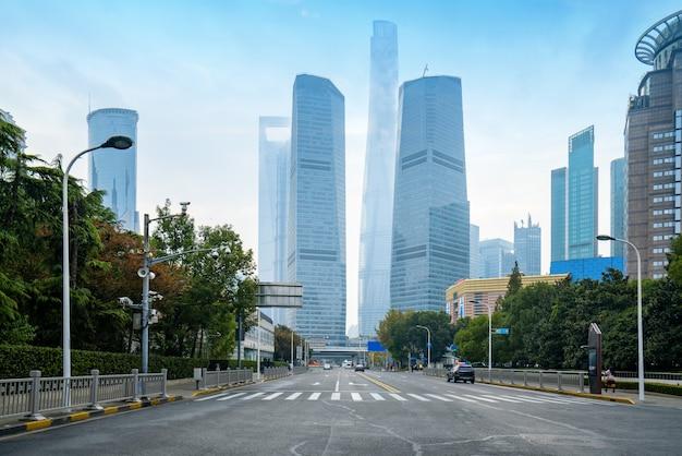 Autopistas y rascacielos en el centro financiero de lujiazui, shanghai, china