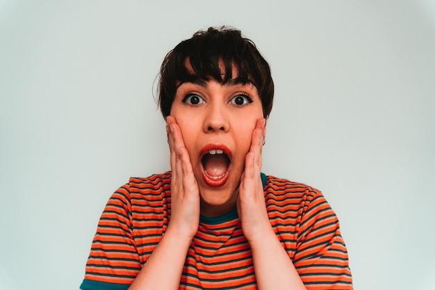 Autorretrato de una mujer caucásica con una expresión facial sorprendida