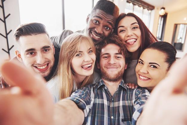 Autorretrato de la unidad de raza mixta de amigos africanos, americanos, asiáticos y caucásicos