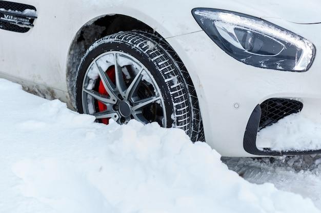 Autos cubiertos de nieve