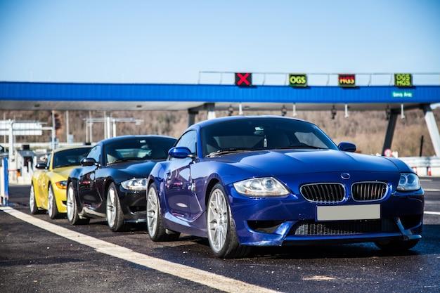 Autos deportivos sedán de lujo en la carretera.