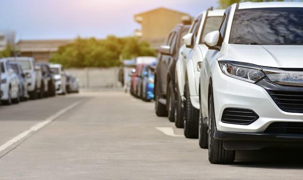 Autos estacionados en la carretera