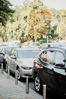 Autos estacionados en el centro de la ciudad