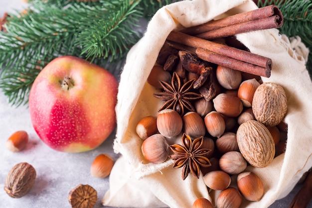 Avellanas y nueces, manzanas y canela. ingredientes para la cocción de navidad.