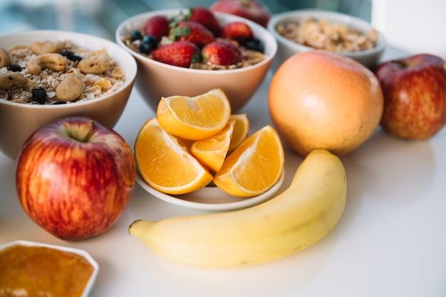 Avena con frutas y bayas en mesa blanca