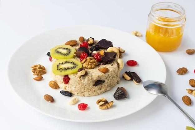 Avena con frutas, chocolate y miel. desayuno.