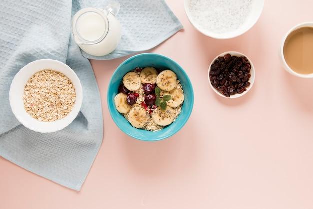 Avena y frutas planas con leche y café