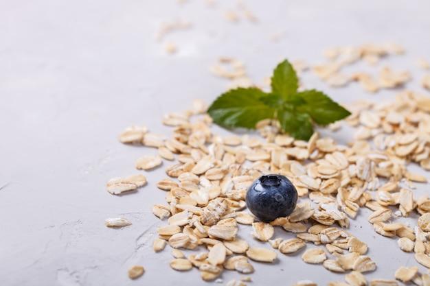 Avena, granola. desayuno saludable de verano