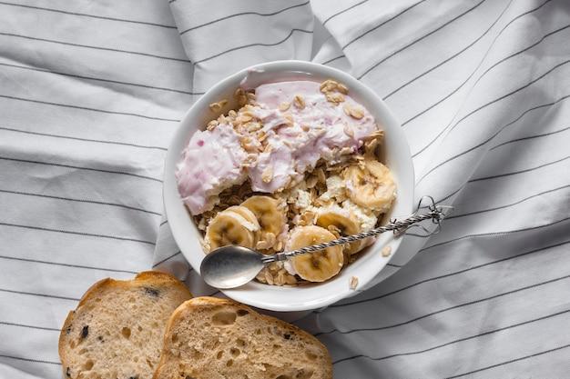 Avena plana con yogur y plátanos