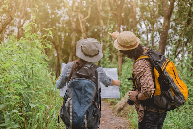 Aventura asiática, viajes, turismo, caminata y concepto de personas.