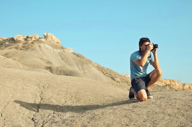 Aventurero tomando fotos