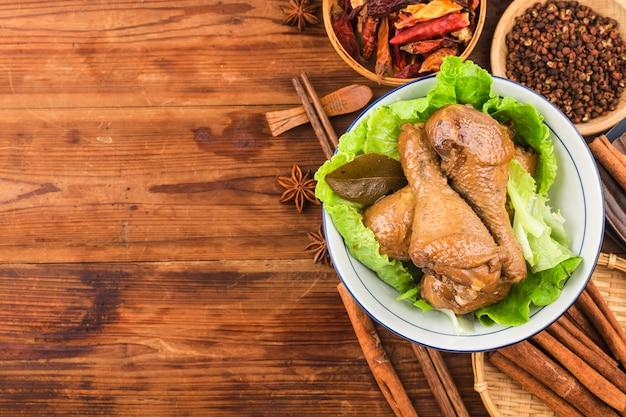 Aves guisadas con salsa de soja, muslo de pollo