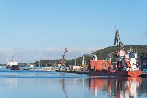Avilés, españa - 18 de noviembre de 2018: puerto industrial de la ciudad de avilés, asturias, españa.