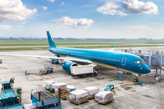Avión en el aeropuerto internacional de hong kong