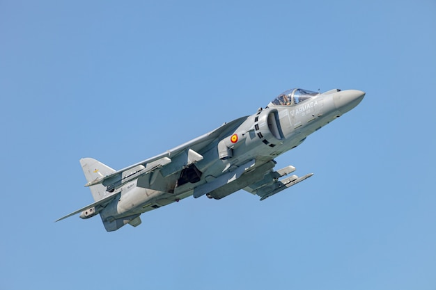 Avión av-8b harrier plus participando en una exposición en el iii salón aeronáutico de cádiz