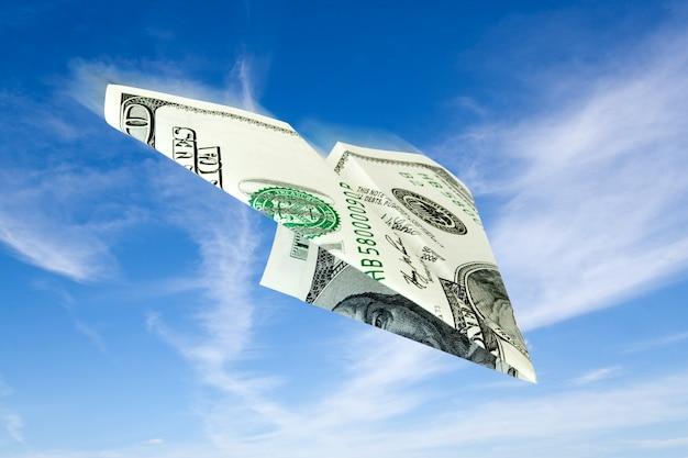 Avión de billete de dólar volando