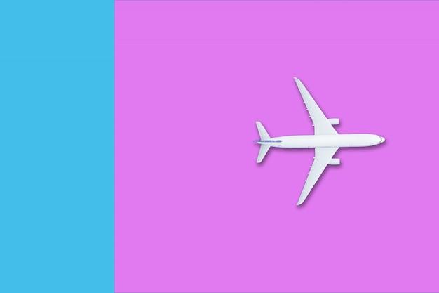 Avión blanco sobre azul y rosa