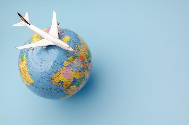 Avión conceptual en el globo terráqueo