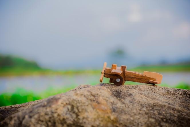 Avión de madera en el exterior en el verano
