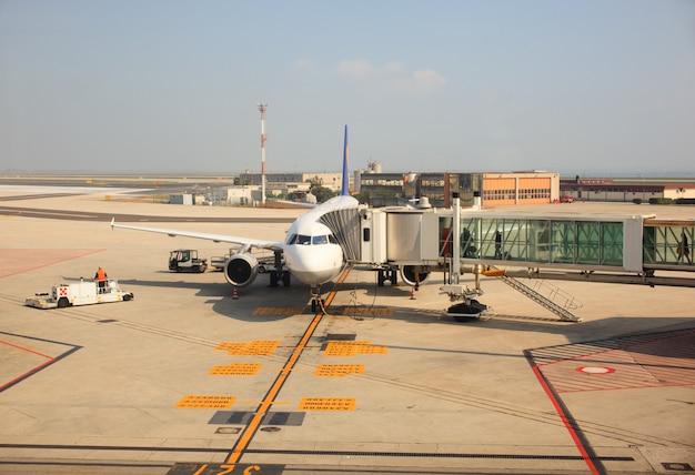 Avión con escaleras de pasajeros.