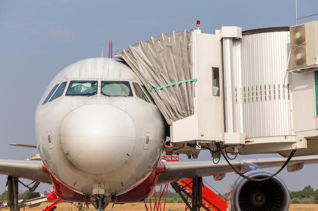 Avión de estacionamiento en el aeropuerto.