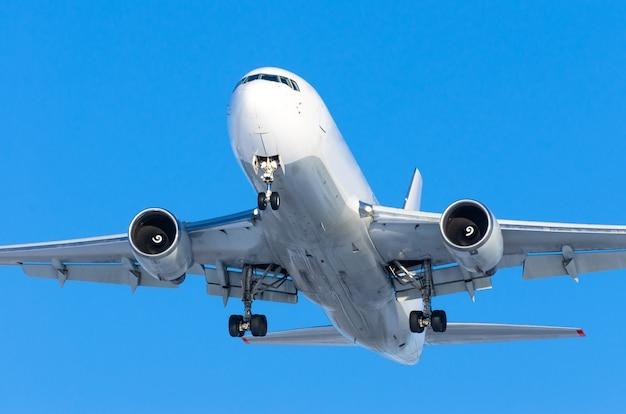 Avión jet pesado volando sobre el cielo azul.