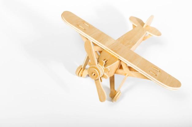 Avión de juguete aislado