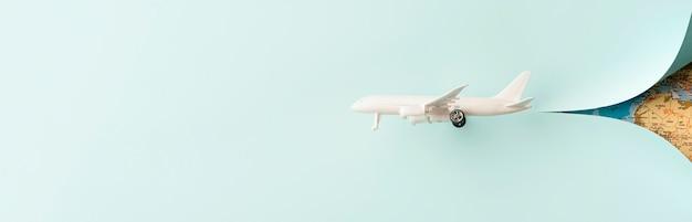 Avión de juguete blanco con espacio de copia
