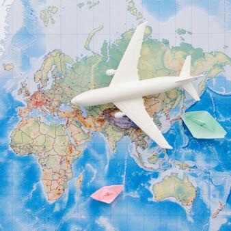 Avión de juguete blanco en un mapa