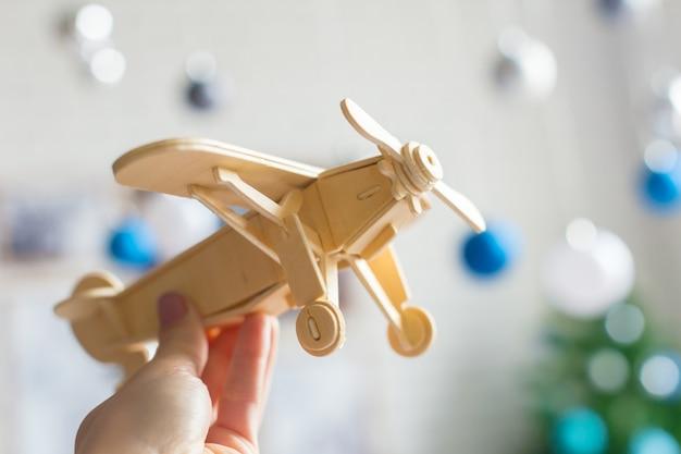 Avión de juguete en mano