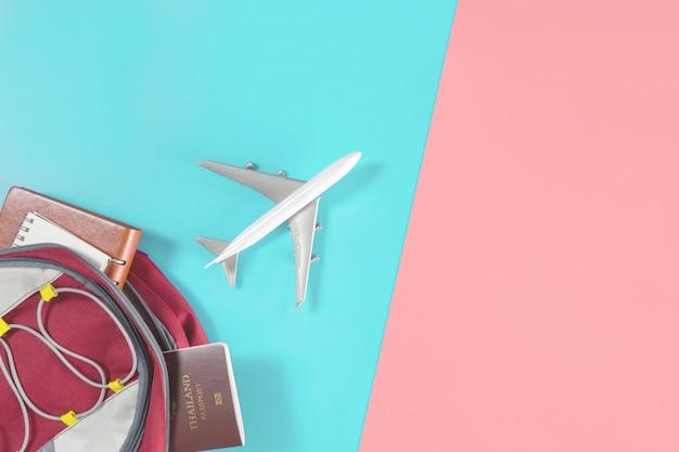 El avión de juguete sale volando de una bolsa de viaje para mochileros.