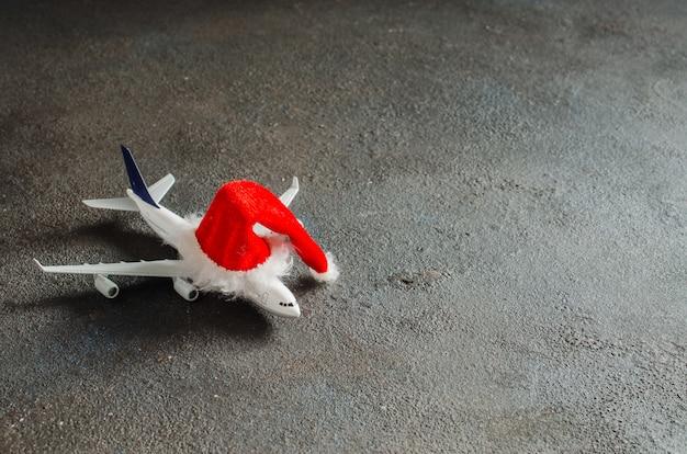 Avión de juguete con sombrero de santa claus.