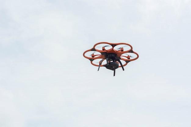 Un avión no tripulado hexacopter en el aire