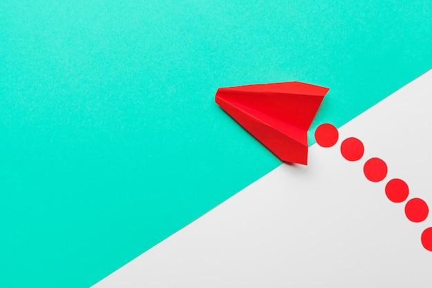 Avión de origami de papel rojo. transporte y concepto de negocio