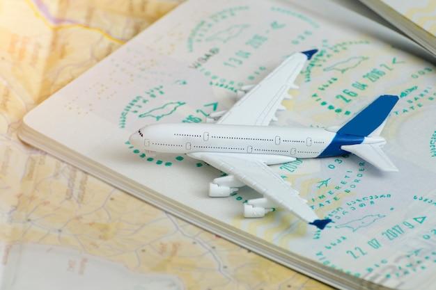 Avión en las páginas del pasaporte con una visa. de cerca