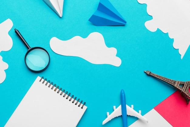 Avión de papel en un azul con nubes