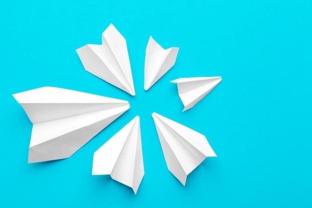 Avión de papel blanco en azul