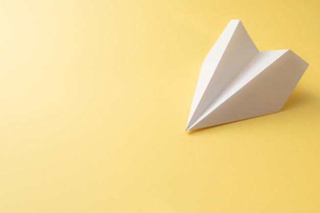 Avión de papel blanco sobre amarillo. ilustración de viaje de concepto