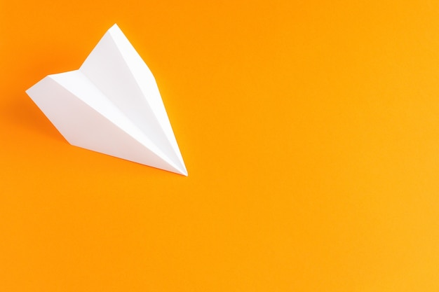 Avión de papel blanco